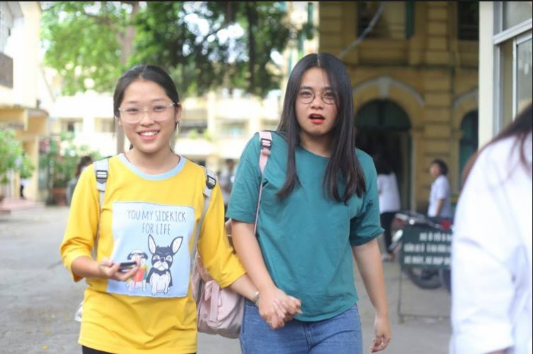 Đôi bạn vui vẻ nắm tay nhau khi kết thúc 2 ngày thi đầu tiên đầy cam go