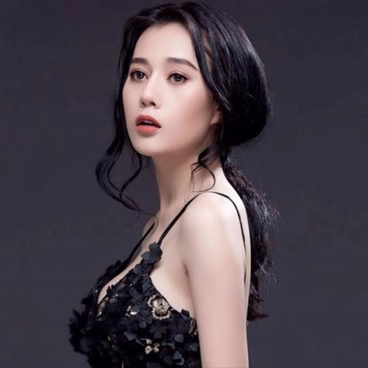 """Đúng như tên gọi trong phim """"Quỳnh búp bê"""", Phương Oanh sở hữu một gương mặt đẹp sắc sảo cùng ánh mắt mơ màng."""