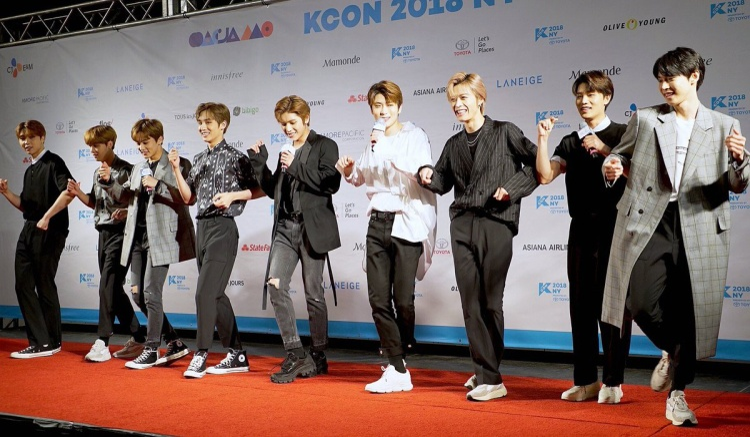 NCT127 nhảy vũ đạo bài hát chủ đề Touch trên thảm đỏ KCON.