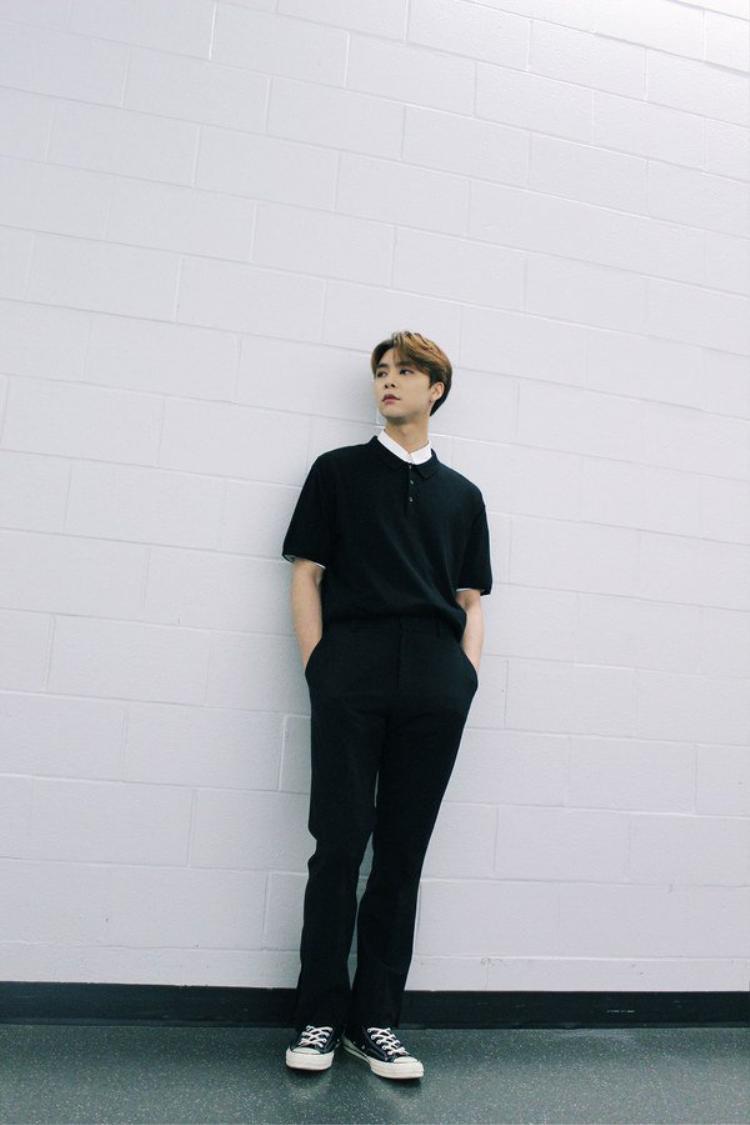 Johnny dáng chuẩn ăn mặc đơn giản cũng như người mẫu.