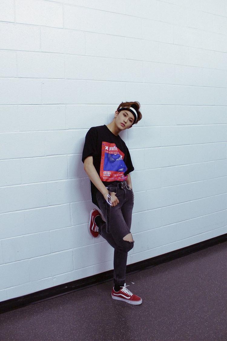 Mark với phong cách siêu swag.