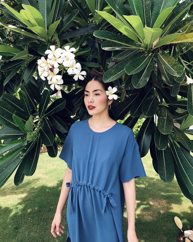 """Sau khi kết hôn, Tăng Thanh Hà ít khi xuất hiện tại sự kiện hay cập nhật hình ảnh lên trang cá nhân. Mới đây, """"ngọc nữ"""" làng điện ảnh một thời khoe nhân sắc lộng lẫy, quý phái khiến fan thích thú. Trong hình, cô diện chiếc váy suông tông xanh phom rộng, trang phục tuy """"giấu nhẹm"""" phần eo nhưng chẳng thể che đi nhan sắc mặn mà của bà mẹ 2 con """"hot"""" nhất nhì showbiz Việt."""