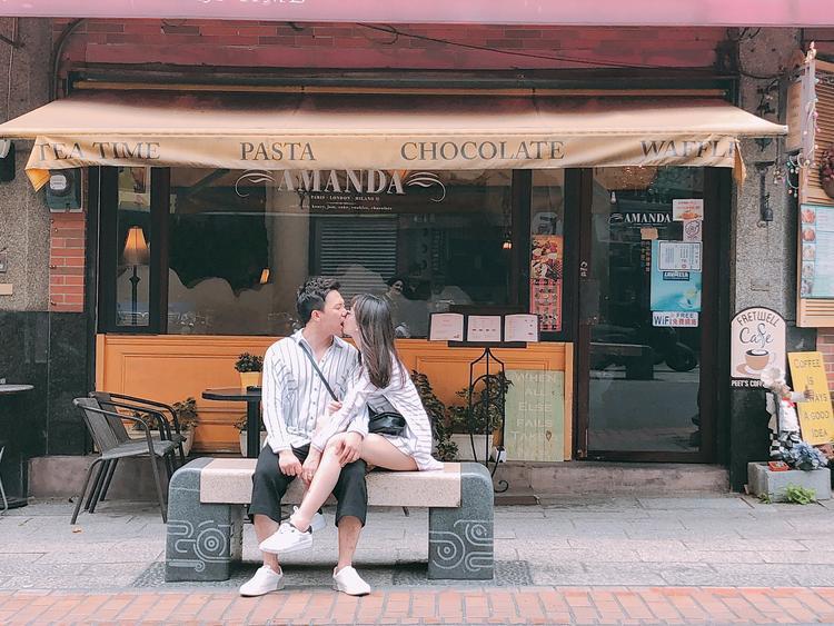 """Trấn Thành-Hari Won khiến fan ghen tỵ khi diện đồ đôi hôn nhau tình tứ, cả hai hiện đang tham gia chương trình truyền hình thực tế """"Khi đàn ông mang bầu"""" và nhận được nhiều sự ủng hộ tích cực từ phía khán giả."""