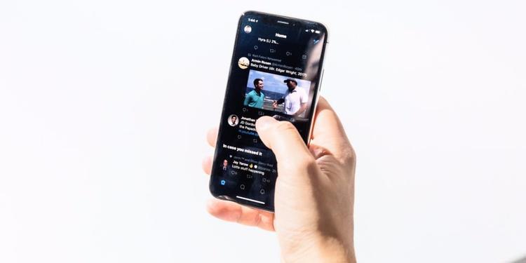 Hãy để tôi bắt đầu với những điểm cộng trên chiếc iPhone X 999 USD để chứng minh tôi không hoàn toàn là người ghét bỏ nó. Phần tôi thích nhất trên chiếc máy này là màn hình - nó tuyệt vời luôn! Và bởi vì iPhone X được tối giản viền màn hình, không gian màn hình trên chiếc điện thoại này lớn hơn bất kì mẫu iPhone nào khác, bao gồm cả iPhone Plus.