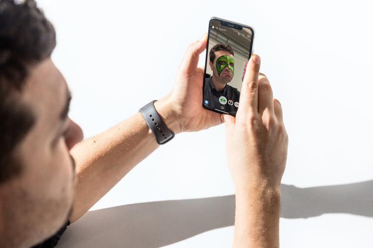 Màn hình không viền cũng mang đến một số sự khó chịu khác. Ví dụ khi bạn cầm điện thoại để nhấn vào nút nguồn bên cạnh máy thì cũng sẽ vô tình chụp ảnh màn hình không ít lần.
