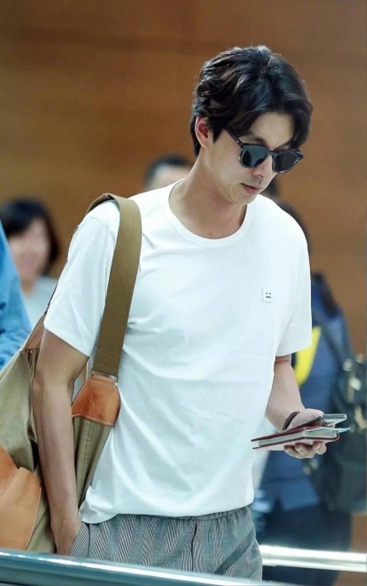Yêu tinh Gong Yoo thu hút mọi ánh nhìn tại sân bay với thân hình săn chắc tuổi 40