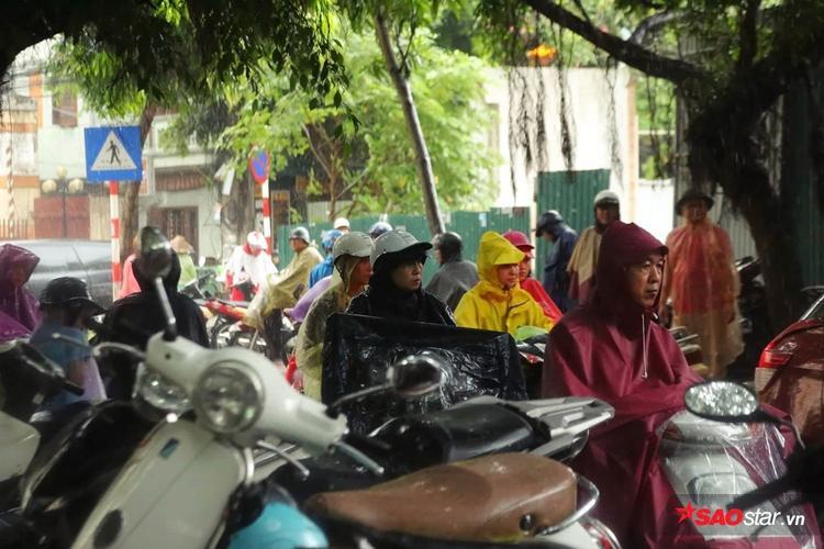 Quang cảnh bên ngoài trường THPT Phạm Hồng Thái.