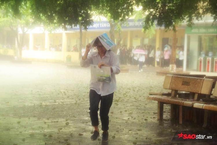 Mặc mưa lớn, nhiều sĩ tử vẫn quyết tâm ra về sau khi hoàn thành bài thi.