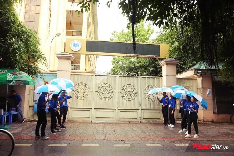 Sinh viên tình nguyện sắn sàng đón sĩ tử và chuẩn bị ô khi trời sắp mưa.