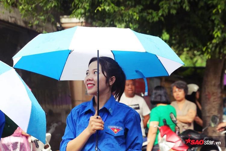 Những hình ảnh đẹp của tình nguyện viên trong ngày Hà Nội đổ mưa.