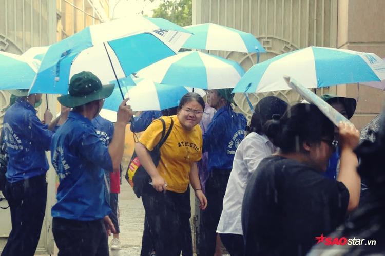 Sĩ tử dù được che ô vẫn ướt như chuột lột.