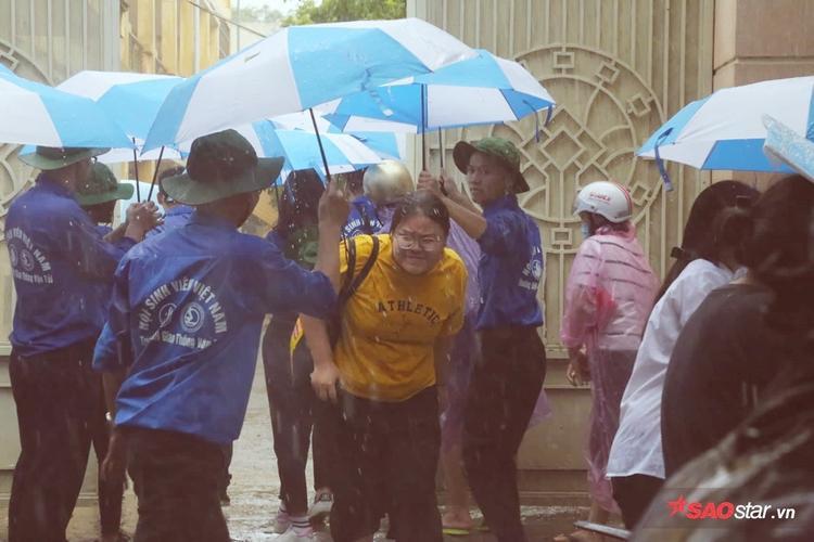 Các cô cậu sinh viên rất nhiệt tình, sẵn sàng che nắng mưa để đảm bảo sức khỏe cho các bạn học sinh.