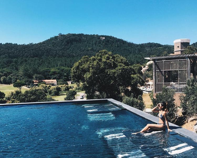 Được biết, đây là một khu biệt thự biệt lập, được bao quanh bởi khu bảo tồn Thiên nhiên Sintra Cascais