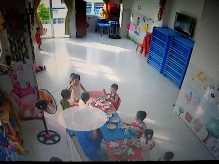 Trong ảnh chụp từ clip, thì lúc này bé gái vẫn đang được cô đút ăn