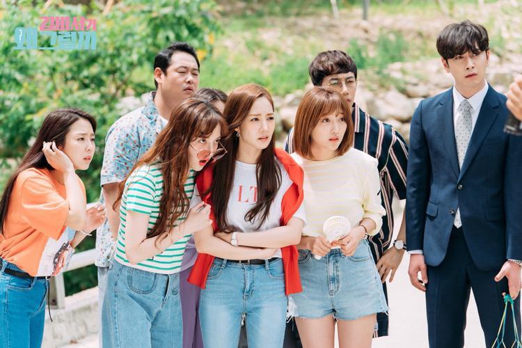 Thư ký Kim Mi So và các nhân viên khác tỏ vẻ lo lắng, hồi hộp, mong chờ hay kinh ngạc với sự xuất hiện như một vị thần của Young Joon?