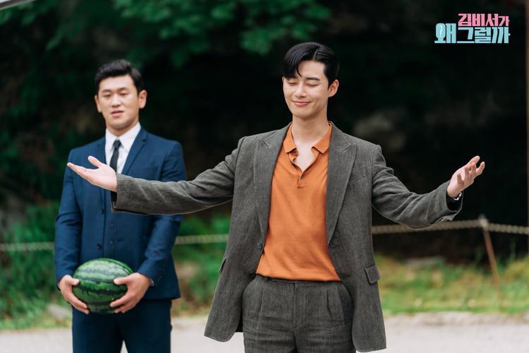 """Có vẻ như Phó Chủ tịch Lee Young Joon của chúng ta lại lên cơn """"tự luyến"""". Hẳn là sẽ thể hiện tài năng, hay cố tỏ ra mình có siêu năng lực thần kỳ cho mà coi."""