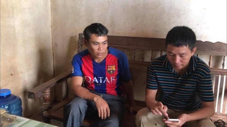 Anh Ngợi (bên trái) kể lại sự việc