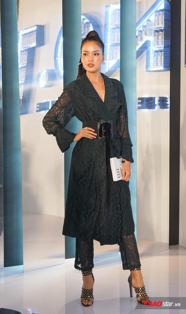 Trở về từ nước ngoài, Chà Mi đẹp kiểu sa trong mẫu váy ren đen, duyên dáng dự sự kiện.