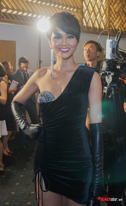 Nụ cười rạng rỡ cùng sắc vóc tươi tắn của đương kim Hoa hậu Hoàn vũ thu hút sự chú ý của rất nhiều khán giả lẫn ống kính từ các nhiếp ảnh gia.