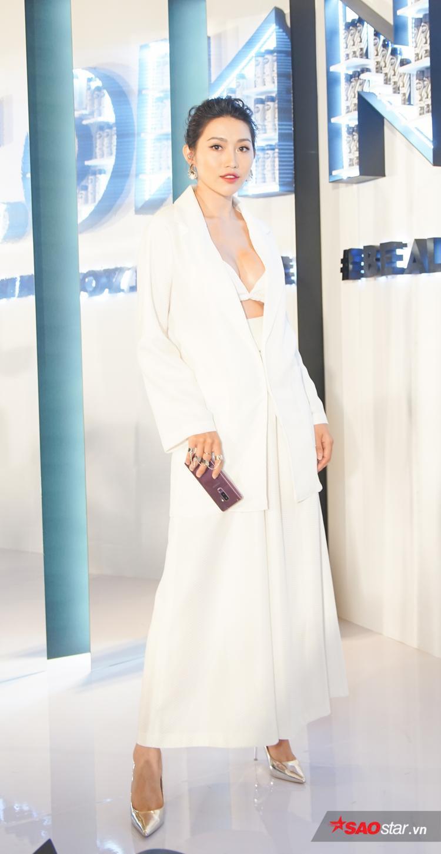 Chế Nguyễn Quỳnh Châu diện cây vest trắng theo mốt hở nội y, vừa sexy vừa thời thượng.