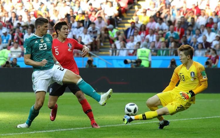 Thủ thành Cho Hyun-Woo bên phía Hàn Quốc thi đấu như lên đồng. Ảnh: Fifa.com.