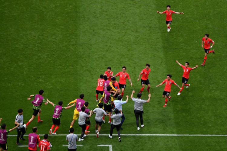 Các cầu thủ Hàn Quốc ăn mừng chiến thắng lịch sử. Ảnh: Getty.