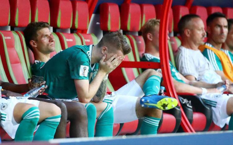 """Các tuyển thủ Đức """"chết lặng"""" trên ghế dự bị. Ảnh: Getty."""
