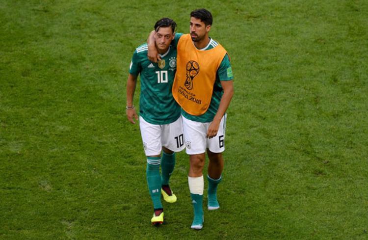 Sami Khedira (phải) an ủi Mesut Ozil. Ảnh: Getty.