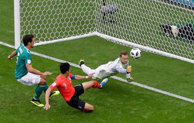 Son Heung-Min nỗ lực băng vào dứt điểm sau pha bắt bóng lỗi của Manuel Neuer. Ảnh: Getty.