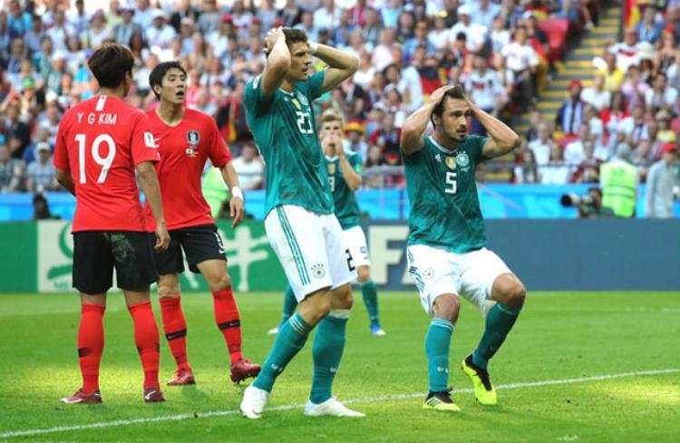 Sang hiệp hai, HLV Joachim Low lần lượt tung cả Mario Gomez, Thomas Muller và Julian Brandt vào sân nhằm tăng cường sức mạnh cho hàng công ĐT Đức nhưng họ vẫn bất lực trong việc ghi bàn. Ảnh: Getty.