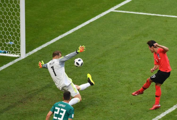 Kim Young-Kwon dứt điểm mở tỷ số cho Hàn Quốc ở phút 90+2. Ảnh: Getty.