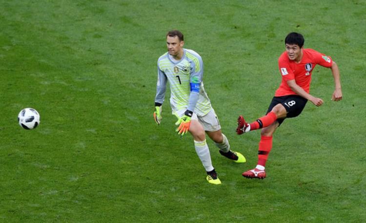 Ju Se-jong cướp được bóng trong chân của thủ môn Manuel Neuer trước khi kiến tạo cơ hội cho Son Heung-Min. Ảnh: Getty.