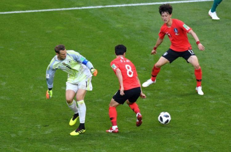 Pha mất bóng của Neuer dẫn đến bàn thua thứ 2 của ĐT Đức. Ảnh: FIFA