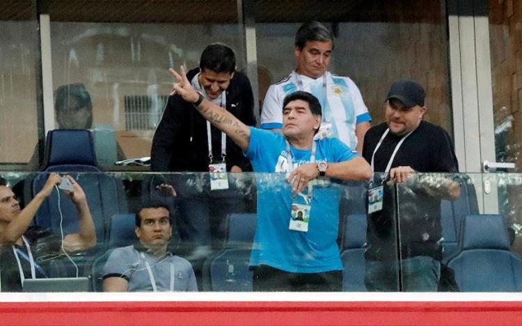 Maradona cùng tùy tùng thường dự khán trên khán đài VIP. Ảnh: Getty Images.