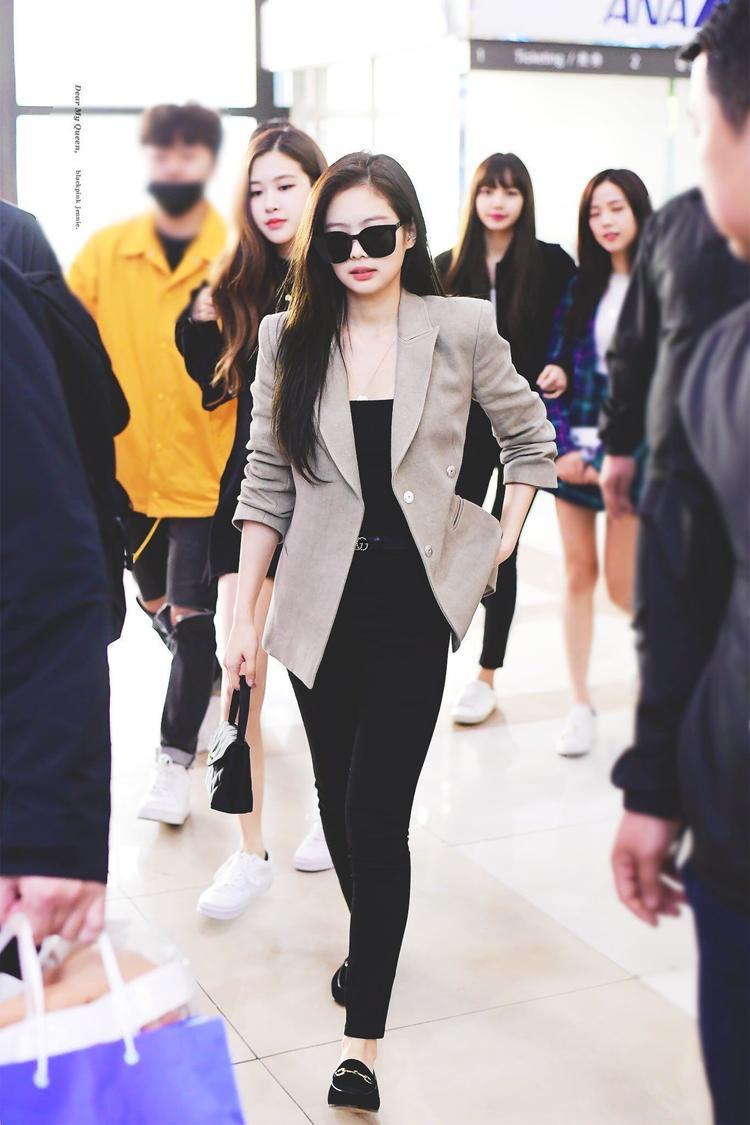 """Bên cạnh phong cách thời trang """"sân bay"""" thể hiện đẳng cấp thẩm mĩ, Jennie sở hữu thần thái """"sang chảnh""""."""
