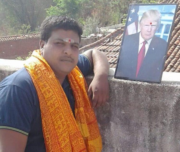 Krishna đem theo ảnh Tổng thống Mỹ dù ở bất cứ đâu. Ảnh: Bussa Krishna/Facebook
