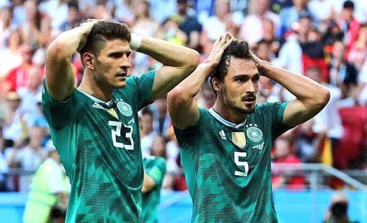 Mario Gomez và Mats Hummels và sự tiếc nuối hiện rõ trên gương mặt.