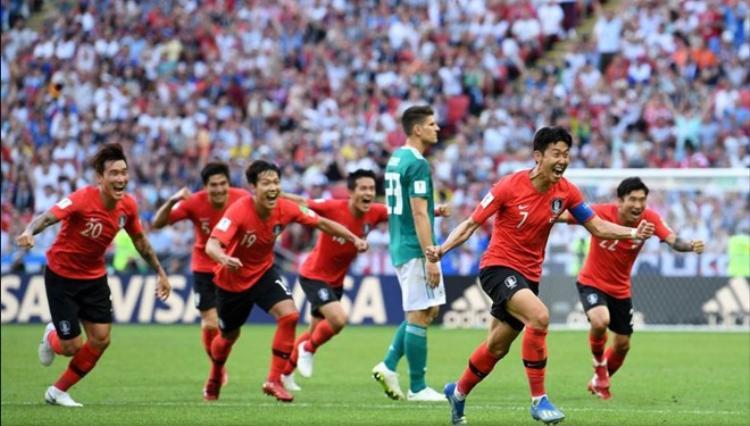 … thì các cầu thủ của đội tuyển Đức dường như đang chìm trong vực thẳm buồn bã.