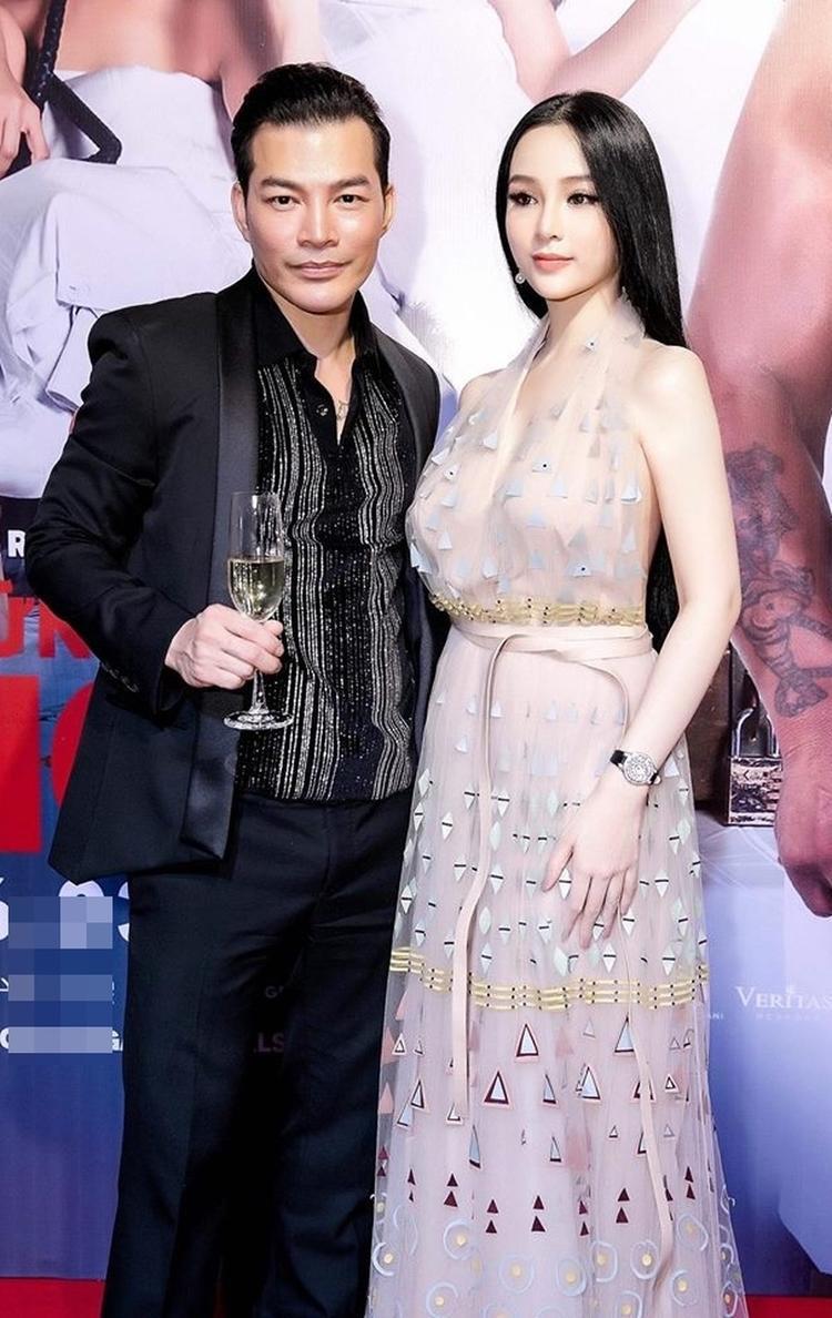 Chiếc đầm ngọt ngào của thương hiệu Valentino được người đẹp sử dụng trong một buổi ra mắt phim hồi tháng 3 cùng đồng hồ có giá lên tới 3 tỷ đồng.