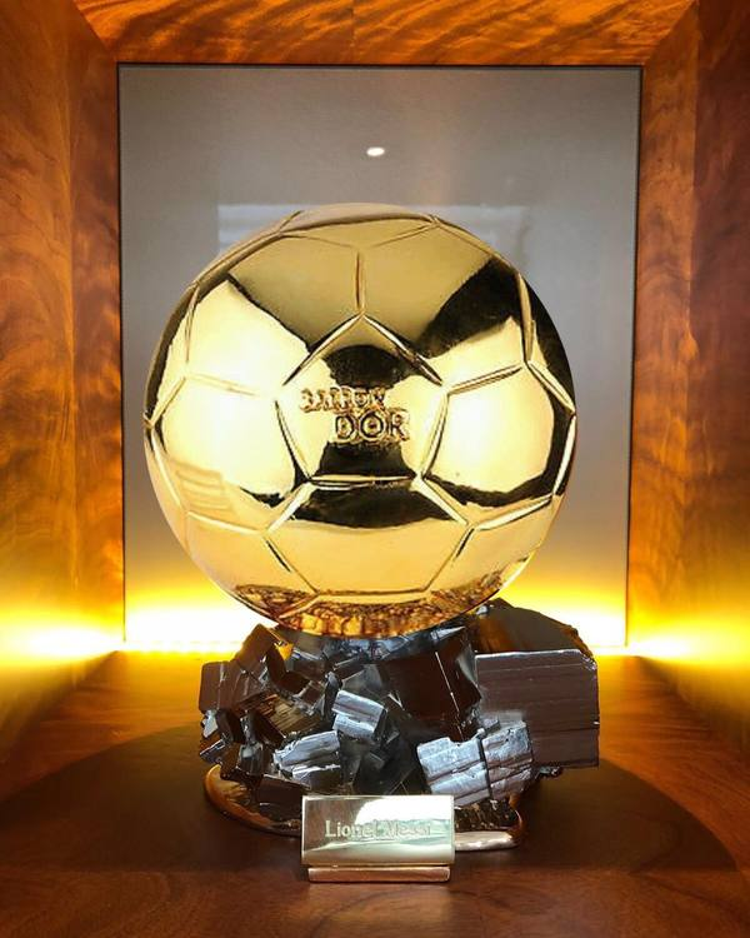 Dấu ấn đáng kể nhất của siêu sao Argentina là Quả bóng vàng châu Âu (Ballon d'Or) được trưng bày tại khách sạn này.