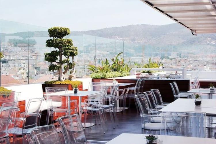 Ngay sát bể bơi là nhà hàng cùng Sky Bar trên nóc khách sạn có view ra biển và núi. Thực đơn của nhà hàng mang phong vị ẩm thực Địa Trung Hải, sử dụng nguyên liệu tươi sống theo mùa từ địa phương. Nhà hàng mở cửa hàng ngày cho cả khách và người ngoài.