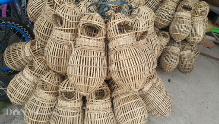 Lờ cua được làm từ những nan tre già và có hình giống quả hồ lô, có cửa để cho cua chui vào ăn mồi mà không ra được. Để nhử bắt được cua vào bây, người săn phải bỏ mồi bằng cám rang, mẻ và cá trộn đều rồi dã nhuyễn mới dụ được cua vào.
