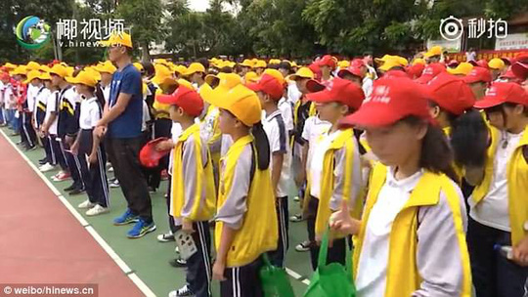Buổi hành quyết có sự chứng kiến của nhiều học sinh. Ảnh: Weibo