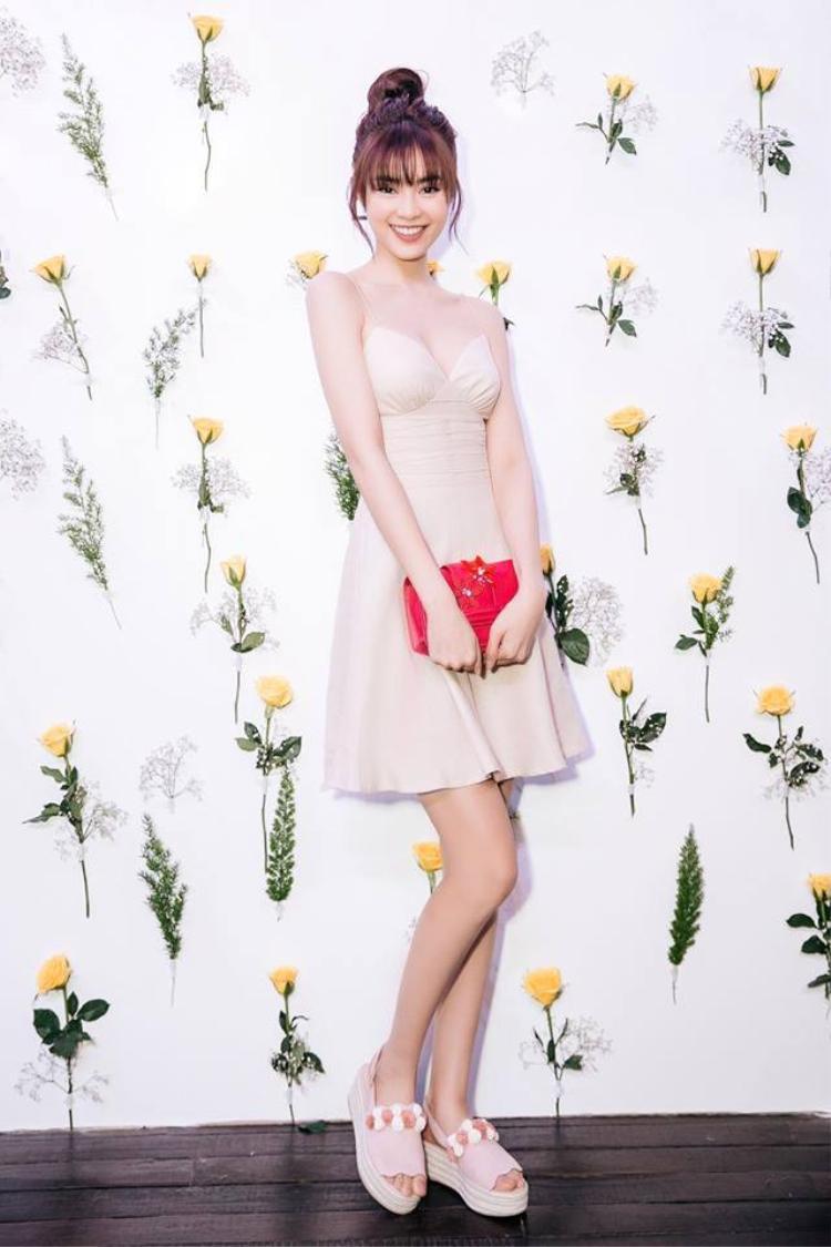 Chiếc váy màu be kiểu dáng đơn giản nhưng cực sexy đã giúp cô nàng khoe khéo vòng 1 hút mắt. Thần thái ngày càng tươi tắn của Ninh Dương Lan Ngọc cũng là một điểm cộng khiến cô thu hút hơn.