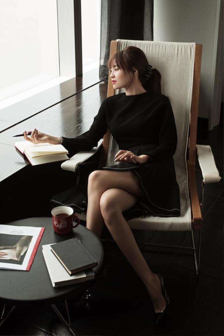 Phong cách tối giản nhưng cuốn hút với chếc đầm đen điệu đà cùng thần thái quyến rũ. Nữ diễn viên tài năng của làng điện ảnh Việt ngày càng khẳng định được vị trí của mình.