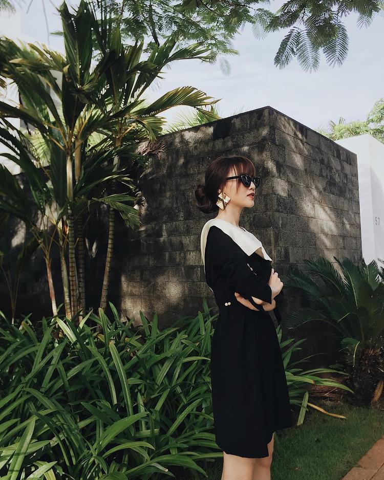 Qúy cô sành điệu với đầm đen và hoa tai bản to.
