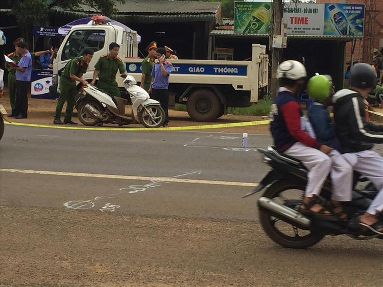 Ngay khi đưa Anh Tuấn đến điểm thi, người mẹ đã va chạm với ôtô khi qua đường, tử vong tại chỗ.