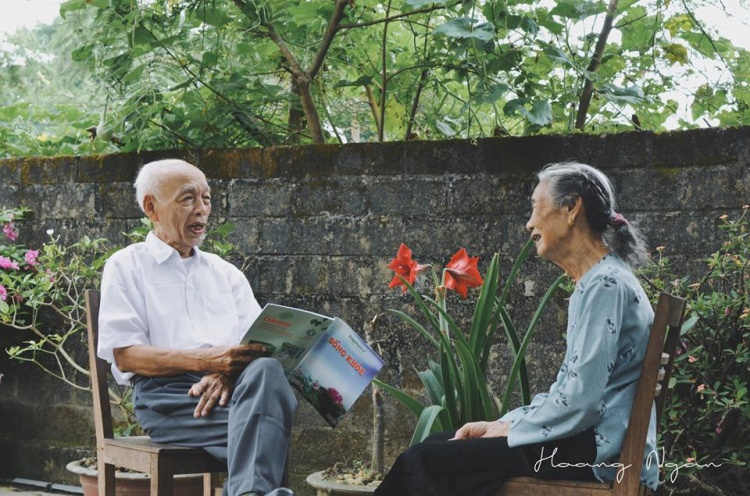 Ông vẫn thường đọc sách cho bà nghe