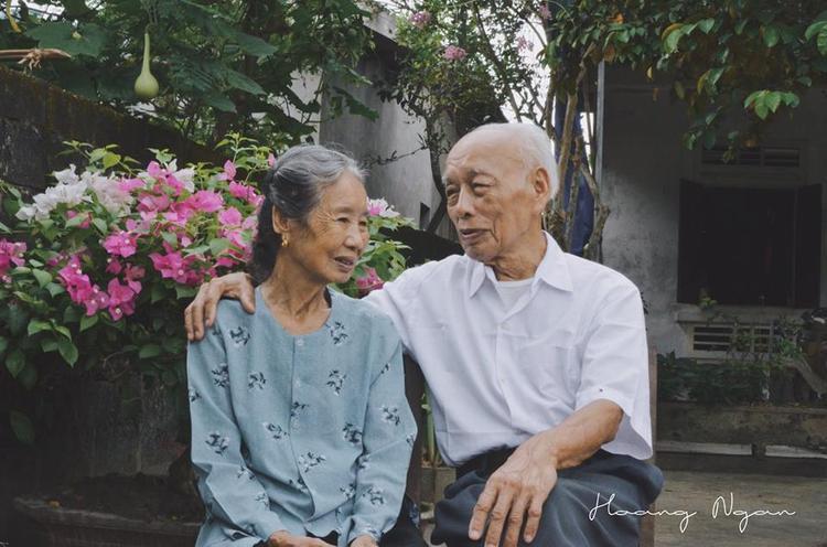 Bộ ảnh lãng mạn của ông bà U90 khiến dân mạng lụi tim, ganh tị vì quá tình cảm