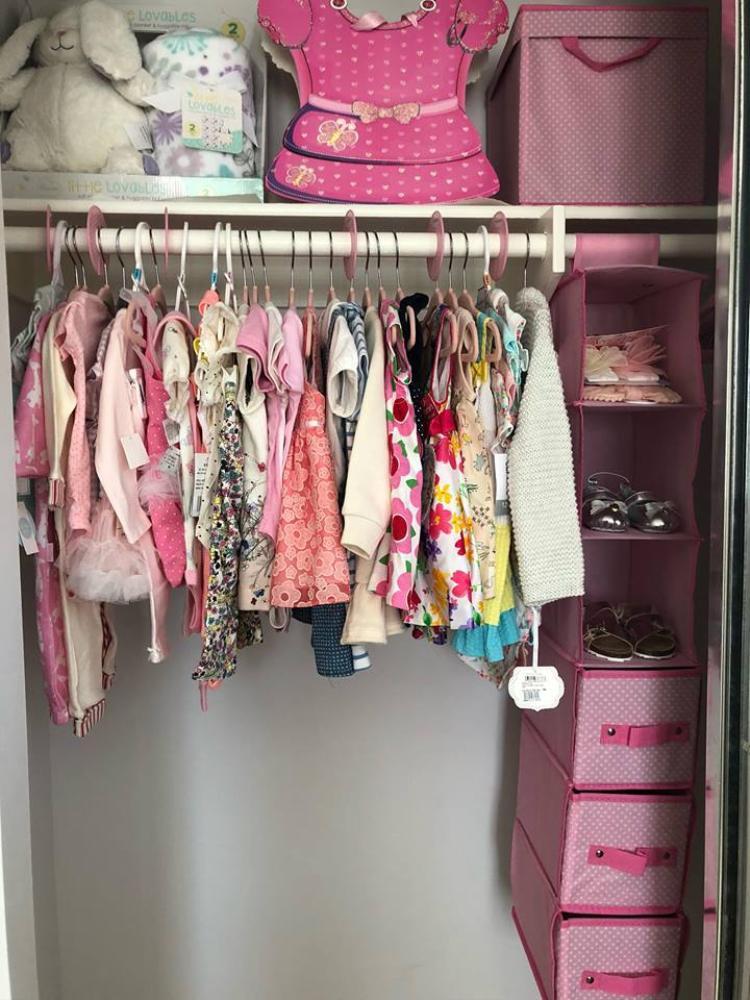 """Thanh Thảo khoe tủ đồ đầy màu sắc và xinh xắn của con gái nhỏ, được biết đây chỉ là những bộ quần áo từ 6 tháng trở lên được mọi người mua tặng mà thôi. """"Búp bê"""" hạnh phúc thổ lộ: """"Tự tay chuẩn bị mọi thứ cho con thật là thú vị!""""."""
